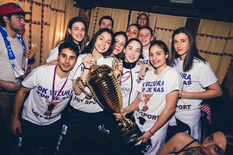 ODBOJKAŠICE, slavlje, kafana stara pesma, kafana, stara pesma, press serbia, press srbija,pehar, vizura, trofej, kup srbije, sport