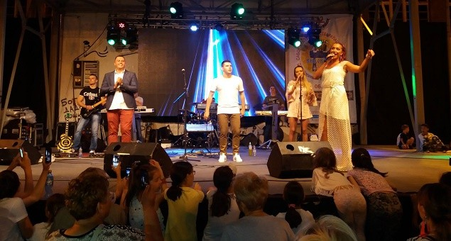 Marina Radosavljević pevala u Kosovskoj Mitrovici (VIDEO)