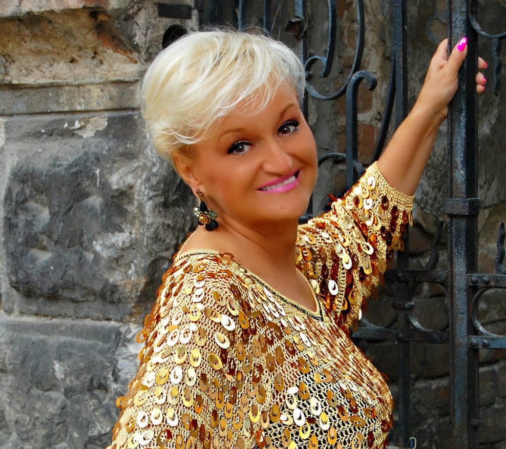Pevačica Milica Milisavljević Dugalić nastupa u porti manastira Banjska
