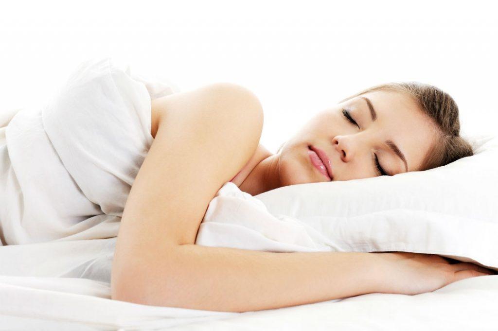 """Joga - Kod žena u postmenopauzi, koje su vežbale jogu 16 nedelja, zabeleženo je znatno smanjenje masnog tkiva. Ko nije za to, jednostavnim dubokim disanjem može smanjiti nivo kortizola u organizmu, koji je povezan sa rastom stomaka.  Spavanje - Spavanje u trajanju od pet sati ili manje povećaće količinu visceralnih masti, prema istraživanju Univerziteta Vejk Forest, iz 2010. godine. Osam sati sna je idealno za gubitak masnoće u predelu struka. Isto tako, nedovoljno sna može da podstakne glad i apetit, što dalje može podstaći želju za unosom nezdravih namirnica. Vikendom ne spavajte predugo - oni koji svake večeri odlaze u isto vreme u krevet imaju manje količine masnoće u organizmu. """"Neuredno spavanje"""" uzrokuje da telo izlučuje hormone koji čuvaju masnoće.  Zeleni čaj - antioksidansi katehini koji se nalaze u zelenom čaju pomažu u skidanju masnoća sa stomaka dok se vežba.  Vlakna - uz brojne prednosti po probavu i zdravlje, vlakna smanjuju viscelarnu masnoću za čak 3,7 odsto, ako se svaki dan unosi 10 grama. Zato se pobrinite da ih unosite redovno u toj količini."""