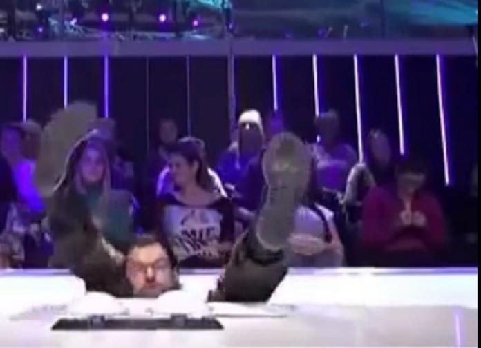 Urnebesno: Aca Lukas pao sa stolice! (VIDEO)