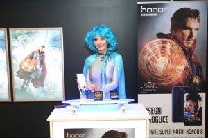 Samo za hrabre: Honor, globalni brend pametnih telefona, glavni saveznik junaka filma Doktor Strejndž