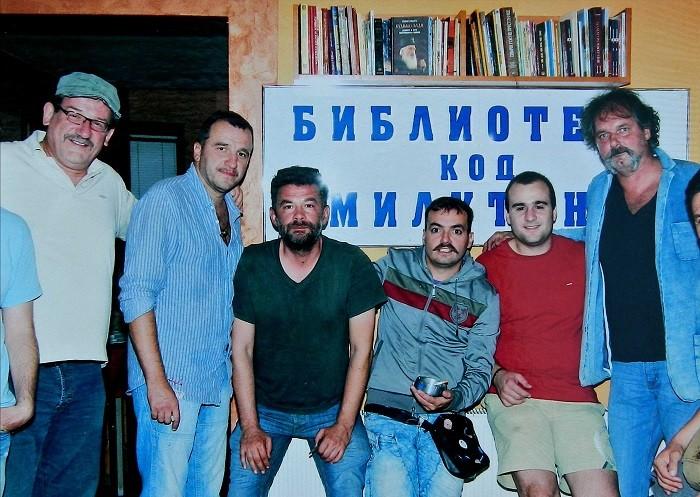 """Kultna kragujevacka kafana """"Biblioteka kod Milutina"""" napravila reklamu na Juznom polu  - """"BIBLIOTEKOM""""  NA GINISA"""