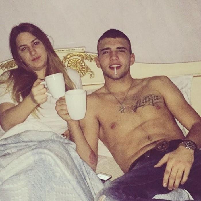 Veljko Ražnatović u krevetu sa novom devojkom ispija jutarnju kafu!