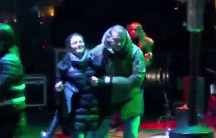 Nepoznata devojka upala na binu i stala pored Ace Lukasa koji je sinoć držao koncert ispred Narodne skupštine!