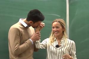Novak pokazao koliko voli svoju suprugu Jelenu pred punim amfiteatrom Ekonomskog fakulteta u Beogradu! Ovo je morala da snimi! (VIDEO)