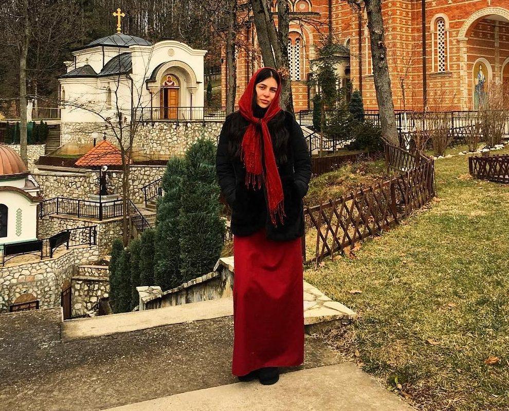 Pogledajte kako se Anastasija Ražnatović stilizovala za posetu Manastira Pokrov Presvete Bogorodice