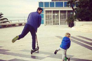 Novak uči Stefana da vozi trotinet