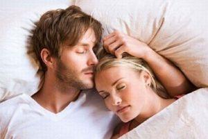 Parovi koji spavaju zajedno su srećniji