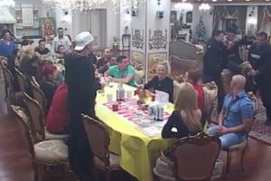 Tijanu Ajfon na stolici odneli u izolaciju! (VIDEO)