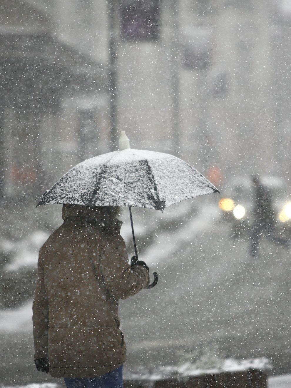 Tokom noći očekuje se ledena kiša koja će se ponegde, uglavnom na severu i istoku, lediti na tlu, a duvaće povremeno i olujni vetar, upozorio je jutros AMSS.