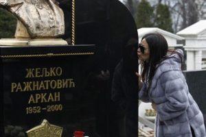 17. godišnjica Arkanovog ubistva: Cecini fanovi doneli poklone na groblje!
