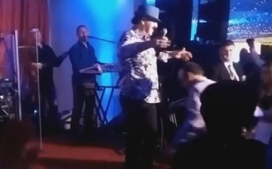 Preplašio pevača: Crnogorski poslanik skočio na binu za vreme nastupa Harisa Džinovića!