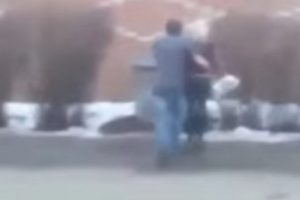 Devojka ga naljutila, pa je bacio u kontejner, ali bukvalno! (VIDEO)