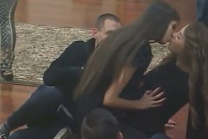 Lezbo show u Parovima: Cimerke se strasno ljubile!