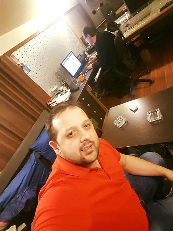 """Posle pesme """"Mali dečak moj"""", koja je postigla veliki uspeh, kada je slušanost u pitanju, Emir Habibović priprema novu pesmu.  Kako smo saznali, pesma je već završena, a istu potpisuju Mića i Saša Nikolić.Kao i do sada, pesma će nositi pečak """"Grand"""" produkcije, za koju Emir nekoliko godina izdaje pesme.  Pored svega toga, Emir radi i na novim pesmama, koje će se naći na njegovom novom cd-u, koji bi, ako sve bude išlo po planu, trebao da izađe u septembru.  Do tada će Emir svoju publiku obradovati pesmom """"Ona je ta"""" i kako stoje stvari, verovatno još jednom pesmom, posle čega sledi i novi cd."""