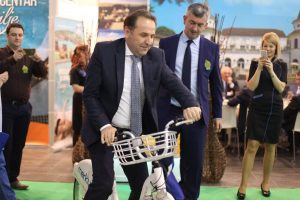 Ministar turizma Rasim Ljajić na štandu Merkura