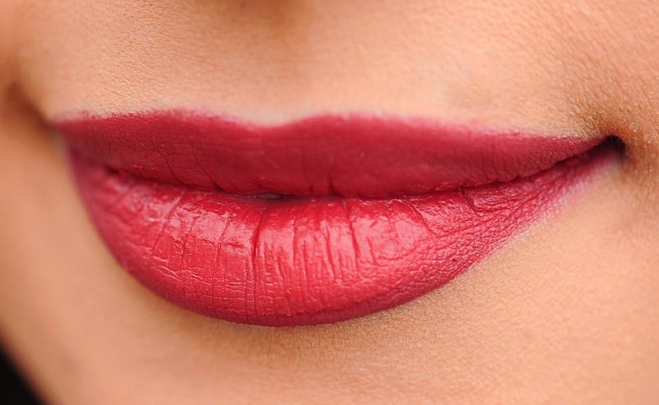 Kako prepoznati da li je žena silikonima povećala usne