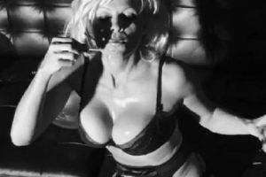 BEZOBRAZNO SEKSI: Pamela Anderson (49) se skinula i zaludela sve muškarce! (FOTO)