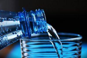 Zastrašujuće: pijete i komadiće plastike sa vodom!