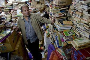Sakupljao bačene knjige i posle 20 godina otvorio biblioteku (VIDEO)