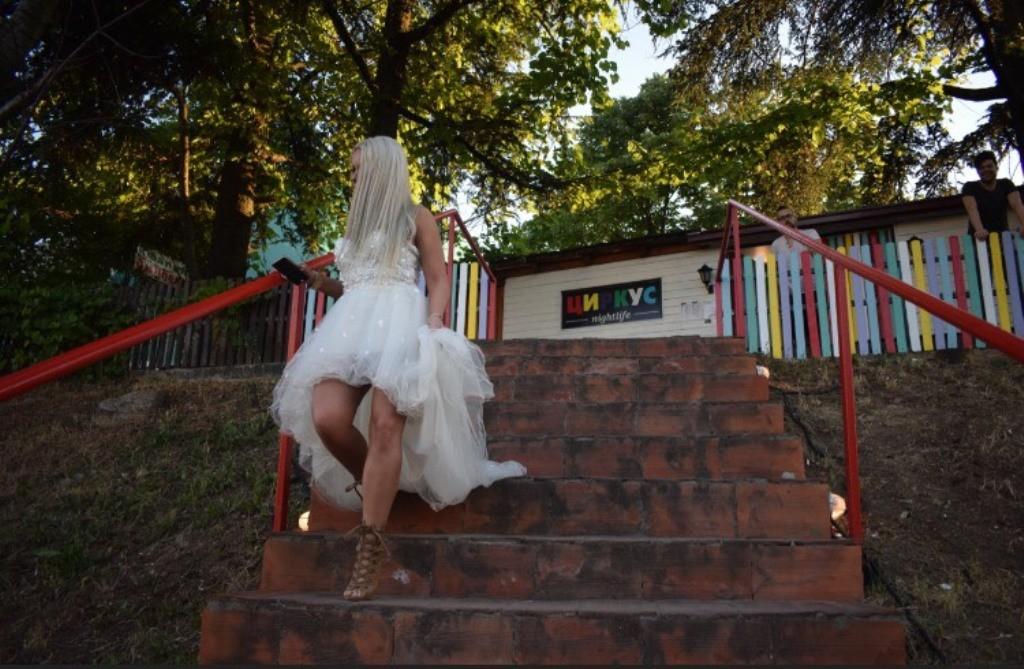 HAOS U GRADU: Pevačica pobegla sa tajnog venčanja i oštetila skupocenu venčanicu