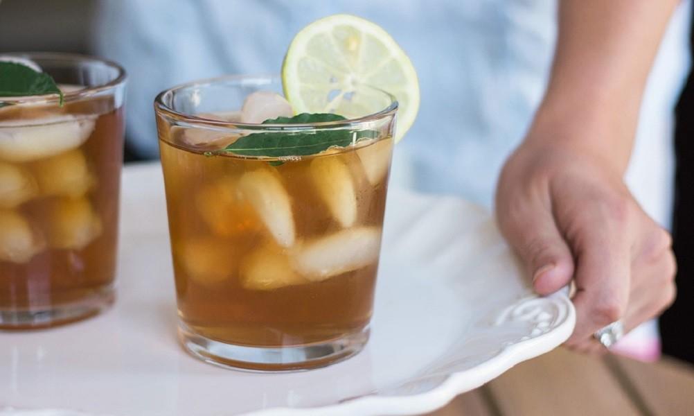 Napitak koji gasi žeđ i vraća energiju: Napravite domaći ledeni čaj od breskve i limuna! (Recept)