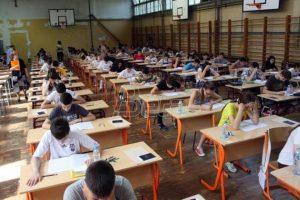 Ministarstvo prosvete: Test iz maternjeg jezika polagalo 69.726 osmaka, danas matematika
