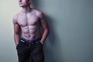 Nije išao u teretanu, a u mesec dana je isklesao stomak – pokazao je kako