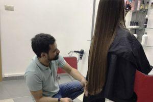 Seksi i kod frizera: Ova dama se frizira bez brushaltera! (Foto)