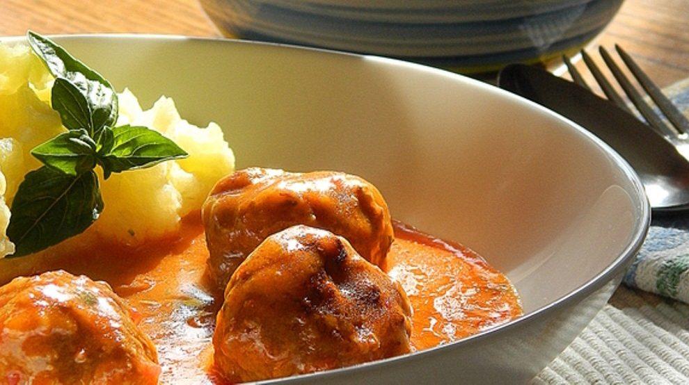 Predlog za ručak: Domaće ćufte u sosu od paradajza