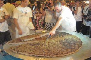 Leskovac: Ispečena pljeskavica od 65 kilograma mesa (VIDEO)