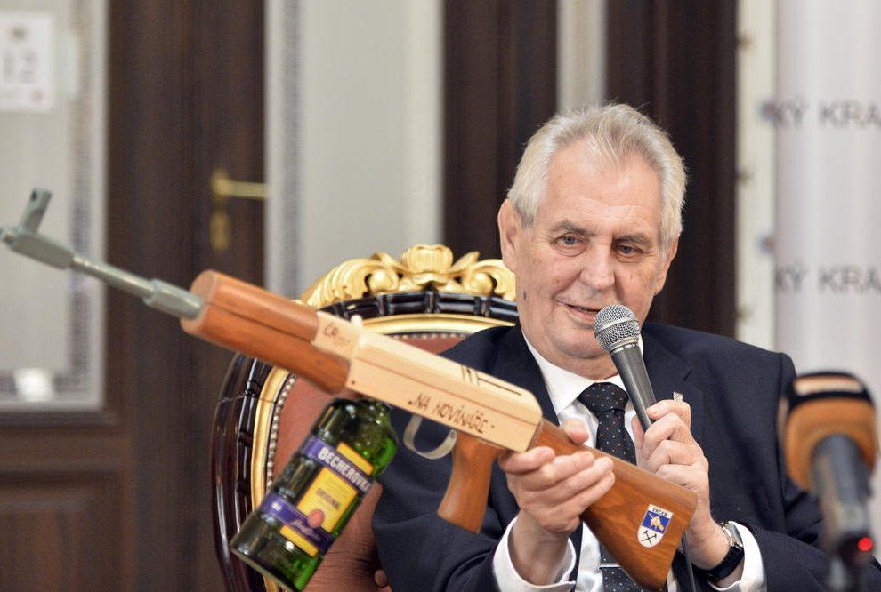Zeman dobio drvenu automatsku pušku da gadja novinare omiljenim likerom