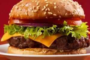 Restoran nudi 1.000 funti onome ko pojede ogromni hamburger za 20 minuta!