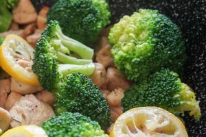 RECEPT DANA: Pikantna piletina s brokolijem