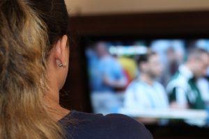 Evo kako da zategnete stomak i zadnjicu dok gledate TV!