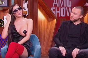 BEZ TRUNKE SRAMA: Soraja se u emisiji pojavila potpuno gola, svi su zanemeli! (VIDEO)
