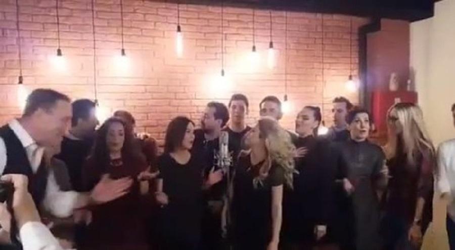 """Glumci serije """"Istine i laži"""" su toliko praznično raspoloženi, da su svi zajedno uglas pevali..."""