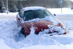 Evo šta učiniti ako vam se auto zaglavi u snegu