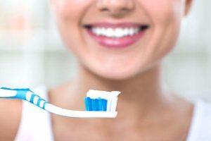 Da li četkicu treba pokvasiti pre pranja zuba?