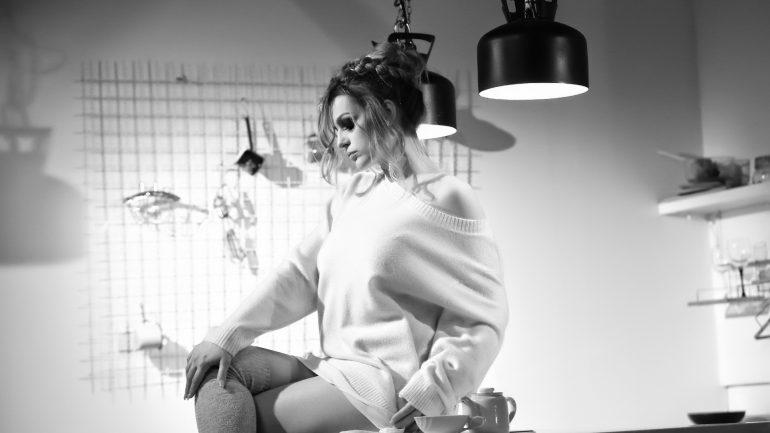 Da li primećujete nešto neobično u novom spotu Jelene Kostov? (VIDEO)
