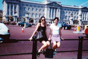 Meghan Markle pre 22 godine pozirala ispred Buckinghamske palate, a danas je udata za princa