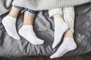 Da li spavate bosi ili u čarapama? Otkriveno je šta je bolje za zdravlje!