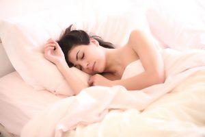 Zbog nesnosnih vrućina ne možete OKA DA SKLOPITE? Ova caka SA PEŠKIROM pomoći će da zaspite za tren!