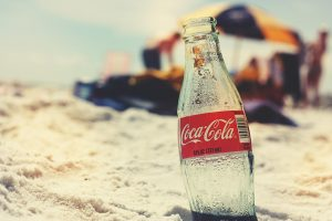 Istorija Coca-Cole satkana je od priča o posebnim trenucima. Malo je papira da se ispišu sve priče o voljenom napitku, ali veliki deo, onaj koji se čita bez daha, smešten je na posebno mesto, dostupno svima i u svakom trenutku. I što je još bolje - možete da ih čitate na našem jeziku! Digitalni magazin Coca-Cola Srbija otkriva njen čudesni svet: malo poznate činjenice iz istorije, uticaj na pop kulturu, održivi razvoj i priče o herojima iz našeg svakodnevnog okruženja. Na adresi cocacolasrbija.rs saznaćete još mnoge zanimljive priče! Izvor: Noizz.rs