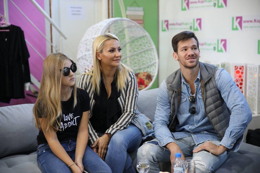 Goca Tržan u shoppingu sa porodicom