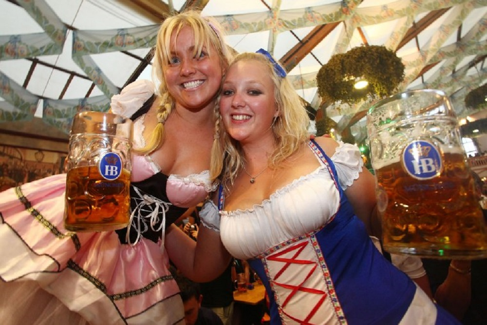 Na Oktobarfestu, žene nose porno-haljine ?!