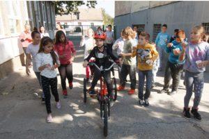 KAČAREVO: Od sakupljenog otpada učenici kupili tricikl svom drugaru koji boluje od cerebralne paralize