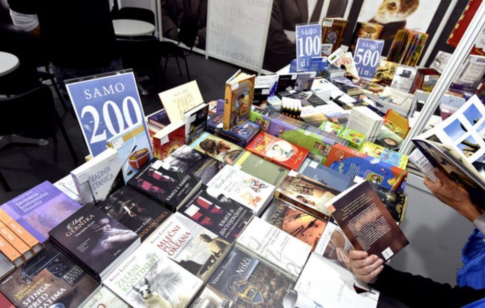 KNJIGA 50, ATLAS ZA 120 DINARA Ovo su najpristupačnije knjige na Sajmu, a među njima ima PRAVIH DRAGULJA