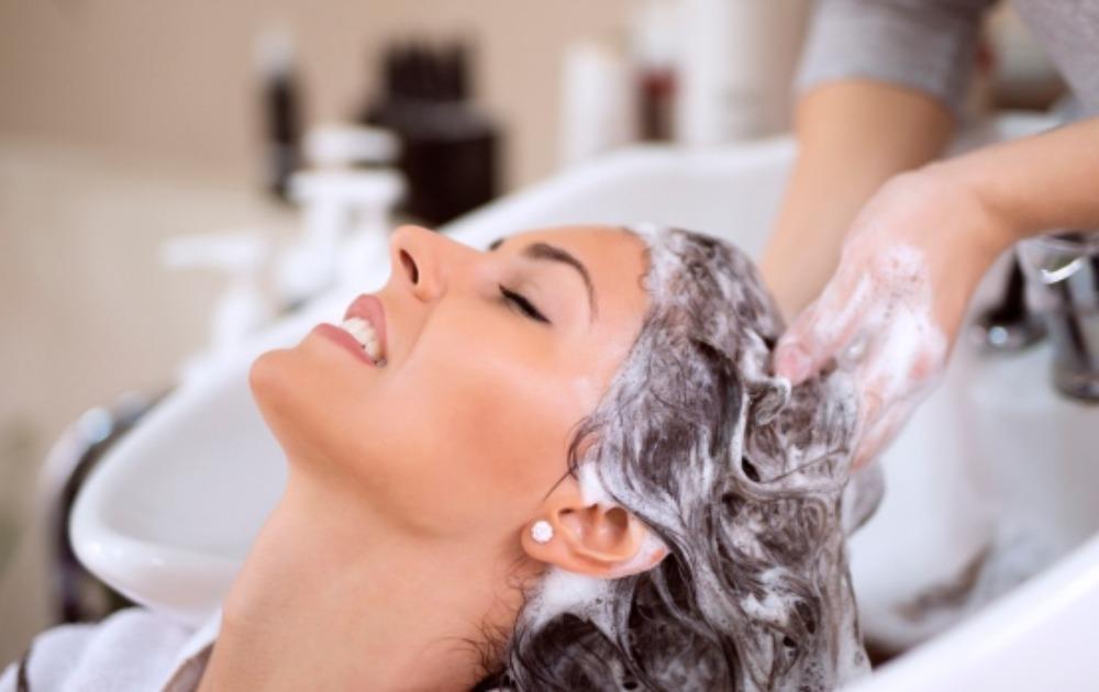 Pre nego što se udavite šamponom za suvo pranje, pročitajte ovaj tekst. Prvi savet je prirodno sušenje kose, uz upotrebu alata za stilizovanje toplotom samo za specijalne prilike. Ali, kada se radi o trikovima, forama i fazonima - o čemu se tu zapravo radi? Fenom osušite koren kose Kada operete kosu, pustite je da se osuši prirodno, koliko god da je to moguće, ali, koren kose osušite fenom. To će vam pružiti kosu koja se manje masti i koja ima volumen.